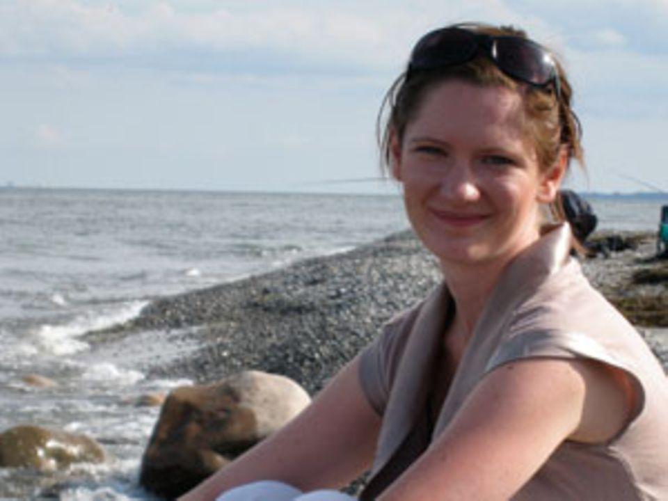 Teresa Brockmann, 32, hat Geschichte studiert und dabei ihre Begeisterung für medizinische Frauenthemen entdeckt. Ihre Magisterarbeit schrieb sie über die Pille in den sechziger Jahren. Sie ist mit einem Dänen verheiratet und pendelt zur Zeit zwischen Hamburg, wo sie als Projektmanagerin arbeitet, und Kopenhagen, wo sie lebt.