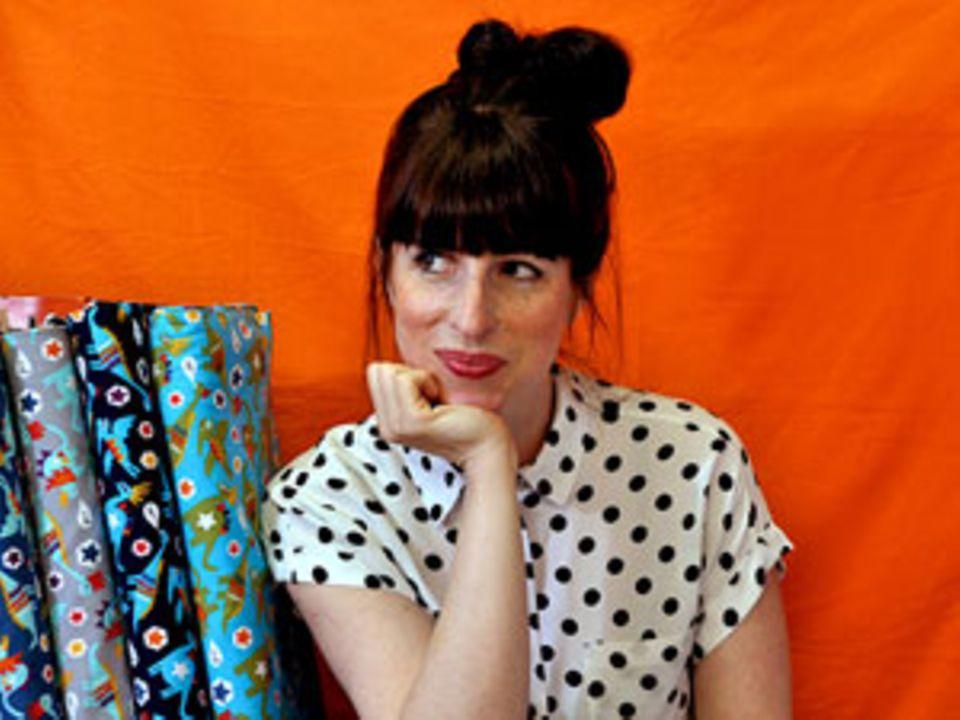 Andrea Müller hat 2006 das Label Jolijou gegründet und arbeitet seitdem erfolgreich mit verschiedenen Partnern der Kreativindustrie zusammen, hat mit ihnen zahlreiche Schnittmuster, Stickmotive, Webbänder und Stoffdesigns veröffentlicht und schreibt den beliebten Blog jolijou.