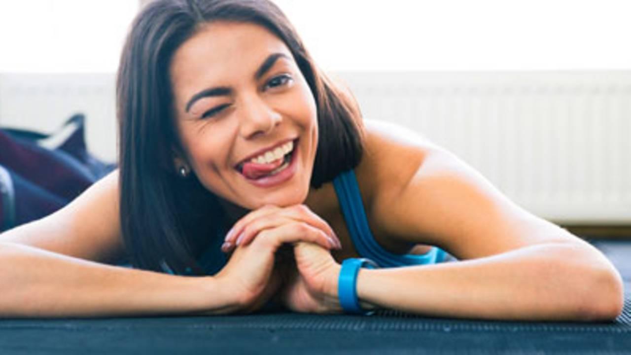 Über Hahnhub gebeugt Frau intensives Orgasmus-Trainingsvideo