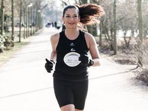 60 Stimmen: Cecilia Veronica Alexander lebt mit ihren Kindern Lucía und Benicio in Hamburg. Sie arbeitet im Marketing. Für die gebürtige Chilenin ist es jeden Tag aufs Neue eine Herausforderung, Job, Kinder, Freunde und Sport unter einen Hut zu bekommen - aber wo ein Wille ist, ist auch ein Weg, so ihr Motto. Seit einigen Jahren läuft sie Marathon. 2013 hat sie sich zum ersten Mal an einen Triathlon gewagt. Wie das war, zeigt der Kinofilm Wechselzeiten, in dem sie eine der Protagonistinnen ist.