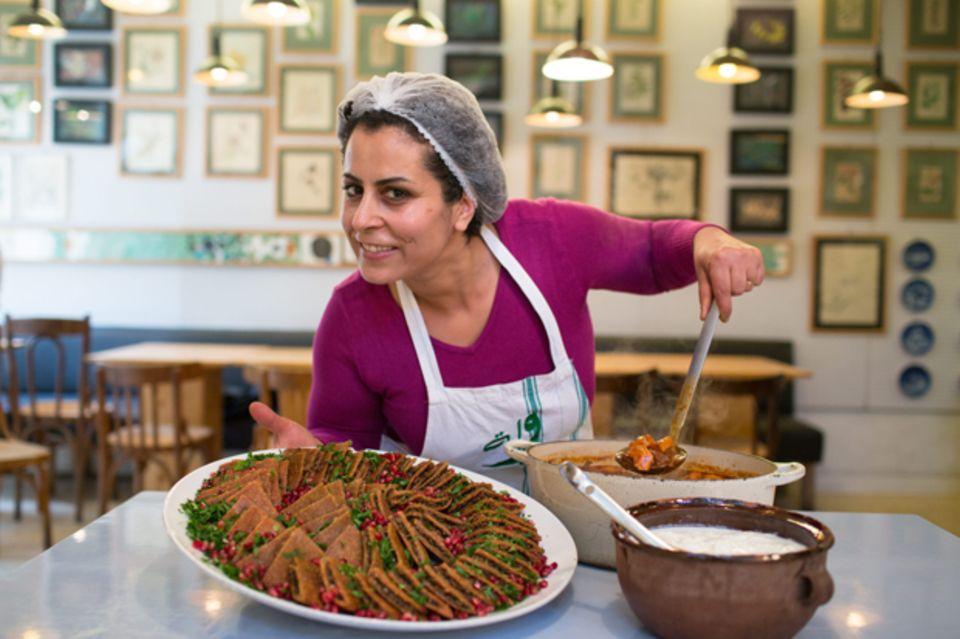 Nahrein Abdal mit Ketal, flachen Kibbeh-Klößen mit Granatapfelsamen, Laban-Joghurt und den Hackbällchen Kafta in Tomatensoße
