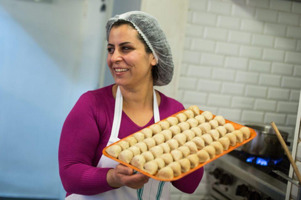 Voller Stolz präsentiert Nahrein ihre Kibbeh: traditionelle Teigklöße, gefüllt mit Hackfleisch.