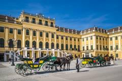 Wien-Klassiker: Fiaker vor Schloss Schönbrunn