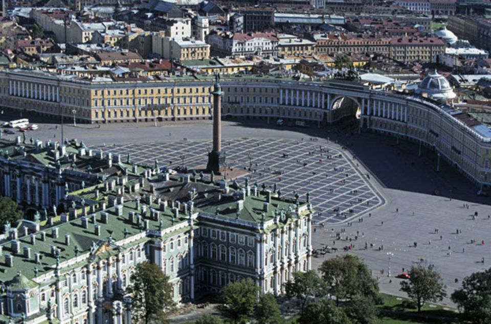 Ein Fußballstadion würde hier locker reinpassen: Der Schlossplatz von St. Petersburg