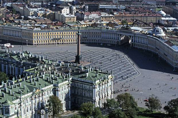 48 Stunden in ...: Ein Fußballstadion würde hier locker reinpassen: Der Schlossplatz von St. Petersburg
