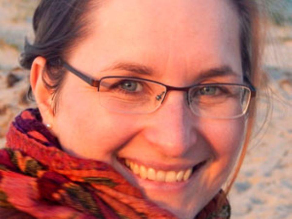 Kathrin Sohst, 34, ist verheiratet und hat zwei Töchter. Als Dokumentarin und PR-Beraterin ist sie seit 2005 selbständig und arbeitet heute als Texterin und Autorin. Sie versteht sich als Botschafterin für Sensibilität und Emotionen und hat jüngst ihre Leidenschaft für die Fotografie entdeckt. Mehr über Kathrin Sohst unter >www.empathisch-kommunizieren.de und bei Facebook.