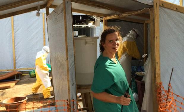 """Ebola-Epidemie in Westafrika: Anja Wolz bei der Arbeit im Behandlungszentrum in Sierra Leone von """"Ärzte ohne Grenzen"""""""