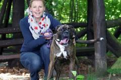 Dorothee Dienstbühl, 33, ist promovierte Politikwissenschaftlerin und arbeitet an der Hochschule Darmstadt. Normalerweise schreibt sie über Kriminalität, Gewalt und Extremismus. In ihrer Freizeit geht sie gerne mit dem dreijährigen Boxer Bob (Foto) spazieren, der im Tierheim Darmstadt ganz sehnsüchtig auf ein neues Zuhause wartete.