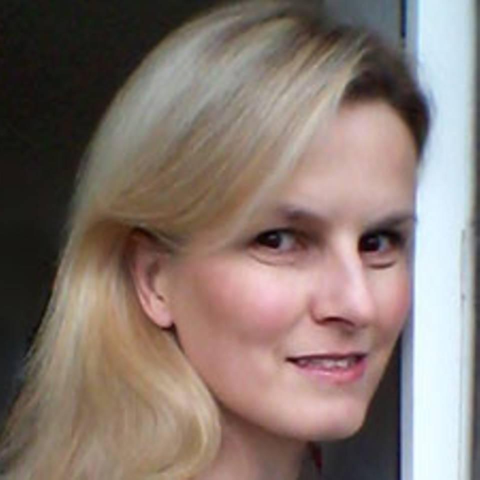 Pia Ersfeld, 44, studierte Geschichte und arbeitet in der IT. Seit einer Hirntumor-Operation vor 17 Jahren bestimmen Schmerzen und andere Krankheiten ihren Alltag. Weil sich Elend am Besten mit Humor erschlagen lässt, begann sie zu schreiben. Resultate dieses krankenbettkompatiblen Hobbys sind auf ihrem Blog frauEnotiert.de zu lesen.