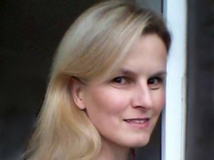 60 Stimmen: Pia Ersfeld, 44, studierte Geschichte und arbeitet in der IT. Seit einer Hirntumor-Operation vor 17 Jahren bestimmen Schmerzen und andere Krankheiten ihren Alltag. Weil sich Elend am Besten mit Humor erschlagen lässt, begann sie zu schreiben. Resultate dieses krankenbettkompatiblen Hobbys sind auf ihrem Blog frauEnotiert.de zu lesen.