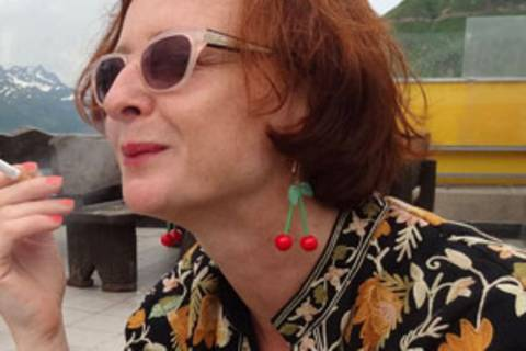 Lyn Liebmann lebt und arbeitet als Designerin in Leipzig und Halle (S.). Nach Trennung von Mann und Haus wurde die Mutter von zwei fast erwachsenen Söhnen an Single-Börsen aktiv. Bis sie ihr neues Liebesglück fand - allerdings auf überraschend klassischem Weg: im Freundeskreis. Diese Börsen sind seitdem für sie passé - und sie hofft, dass dies auch so bleibt. Ihr aktuelles Herz-Projekt: Lustmaschen - Frisch Gestricktes.