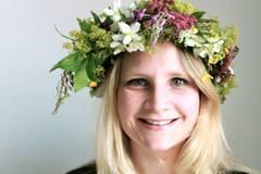 Lisa Weilberg (26) studiert und lebt in Göteborg in Schweden. Die Kommunikationsstudentin gehört zu den Kreativen – sie zeichnet, dichtet, schreibt Geschichten und Artikel, spielt Saxophon und singt zudem in einer Band. Kunst ist ihr genauso wichtig wie ein ausgefallener Modestil – zu ihren Favoriten gehören Prints aller Art, Hüte und auffällige Brillen. Kurzum: Sie liebt es sich auszudrücken und das jeden Tag auf mindestens drei Sprachen.
