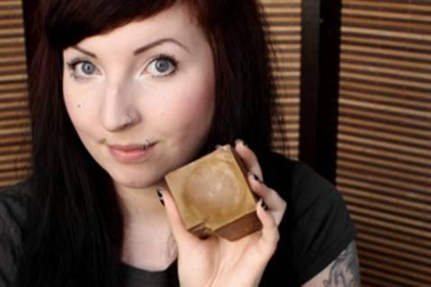 """""""Erbse"""" Huth ist 26 Jahre alt und wohnt in Europas Waschbärenhauptstadt Kassel. Sie schreibt auf kosmetik-vegan.de über vegane Kosmetikprodukte, Nachhaltigkeit und Tierversuche, sowie über die Branche an sich. Aber auch DIY-Rezepte, Nageldesigns und Make-ups finden dort Platz."""