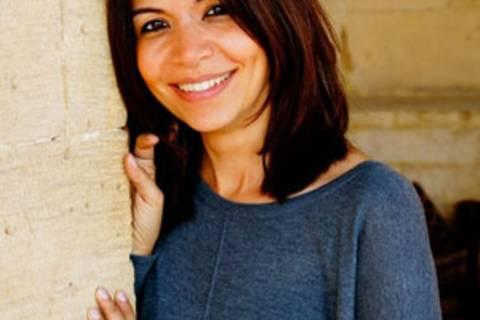 Rascha El Sheakh ist Ägypterin und lebt mit ihren beiden Töchtern in Kairo. Sie arbeitet an der Deutschen Evangelischen Oberschule (DEO) als Lehrerin. Seit Februar 2013 ist sie zertifizierte Geschichten-und Märchenerzählerin – eine ihrer großen Leidenschaften. Ihr Erzählmotto lautet: Kindern erzählt man Geschichten zum Einschlafen, Erwachsenen zum Wachwerden.