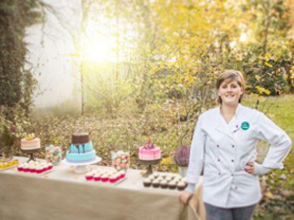 """Kathleen König hat vor zwei Jahren aus ihrer Leidenschaft ein Geschäft gemacht: Nach diversen Jobs in Bäckereien hat sie ihr Studium an den Nagel gehängt – und 2012 königlich süß gegründet. Als Caterer zaubert sie seither für jeden Anlass """"eine Landschaft aus süßen Träumen, von der Torte über Cupcakes bis hin zu Desserts, Mottokuchen und Konfekt."""