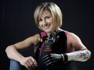 60 Stimmen: Claudia Breidbach wurde 1970 mit einer Dysmelie am linken Arm geboren, das heißt, ihr fehlt der linke Unterarm. Sie lebt als Diplom-Architektin in Koblenz und hat mit ihrem Fallschirmsprung-Team KARMA an den offiziellen Deutschen Meisterschaften teilgenommen.