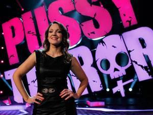 """60 Stimmen: Carolin Kebekus, 34, hat sich als Komikerin, Sängerin und Schauspielerin einen Namen gemacht. Aktuell ist sie erfolgreich mit ihrem Bühnenprogramm """"PussyTerror"""" auf Tournee."""
