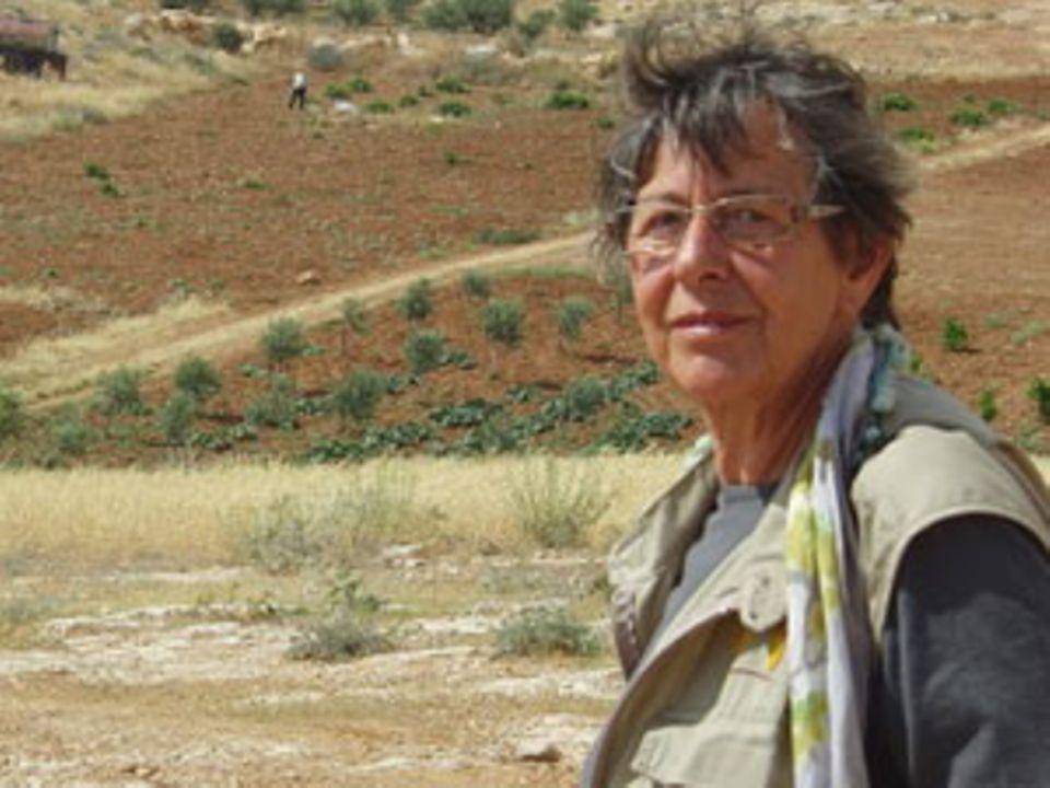 Barbara Thiel ist IT-Ingenieurin und jetzt im Ruhestand. Im Moment ist sie als ökumenische Begleiterin (Ecumenical Accompanier, kurz: EA) im Ökumenischen Begleitprogramm in Palästina und Israel des Weltkirchenrates eingesetzt und lebt für drei Monate zusammen mit drei weiteren EA in Yatta im Süden der besetzten palästinensischen Gebiete.