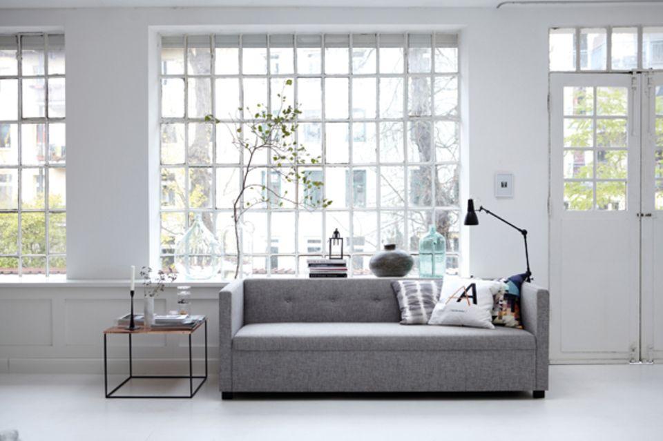 Das Sofa ist immer der Hauptdarsteller im Wohnzimmer. Bodentiefe Modelle brauchen allerdings ein großzügiges Ambiente.