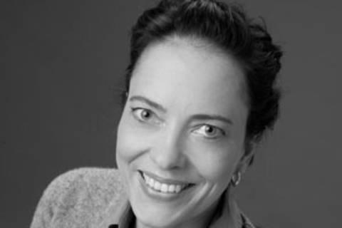 Sina Seeland, 40, lebt mit ihrer Familie in Nordrhein-Westfalen und schreibt seit 2009 Texte zum Thema Liebe, Beziehung, Sexualität und Familie für verschiedene Online- und Printmagazine. Außerdem wurden erotischen Kurzgeschichten von ihr in bisher zwei Anthologien veröffentlicht. In den kommenden Wochen wird ihr erster Roman erscheinen, ebenfalls eine erotische Liebesgeschichte.