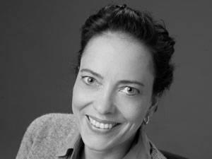 60 Stimmen: Sina Seeland, 40, lebt mit ihrer Familie in Nordrhein-Westfalen und schreibt seit 2009 Texte zum Thema Liebe, Beziehung, Sexualität und Familie für verschiedene Online- und Printmagazine. Außerdem wurden erotischen Kurzgeschichten von ihr in bisher zwei Anthologien veröffentlicht. In den kommenden Wochen wird ihr erster Roman erscheinen, ebenfalls eine erotische Liebesgeschichte.