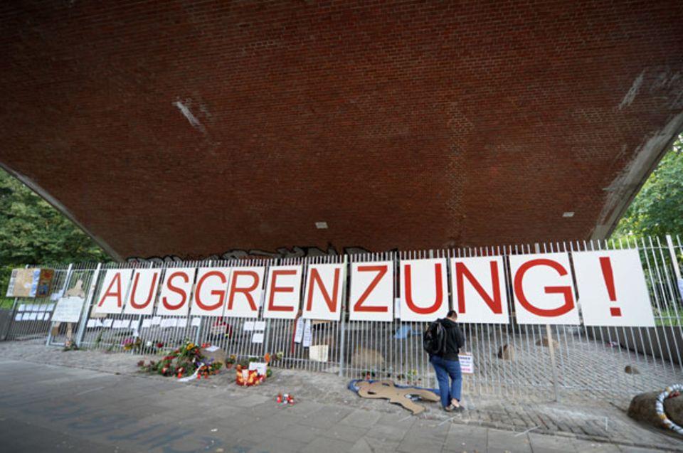 Zaun unter einer Brücke in Hamburg-Mitte, die Obdachlose als Schlafplatz nutzten