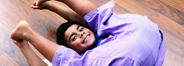 Nachwuchs-Yogi Noah übt Halasana, den Pflug. Die Umkehrhaltung wirkt ausgleichend auf Herz und Kreislauf.