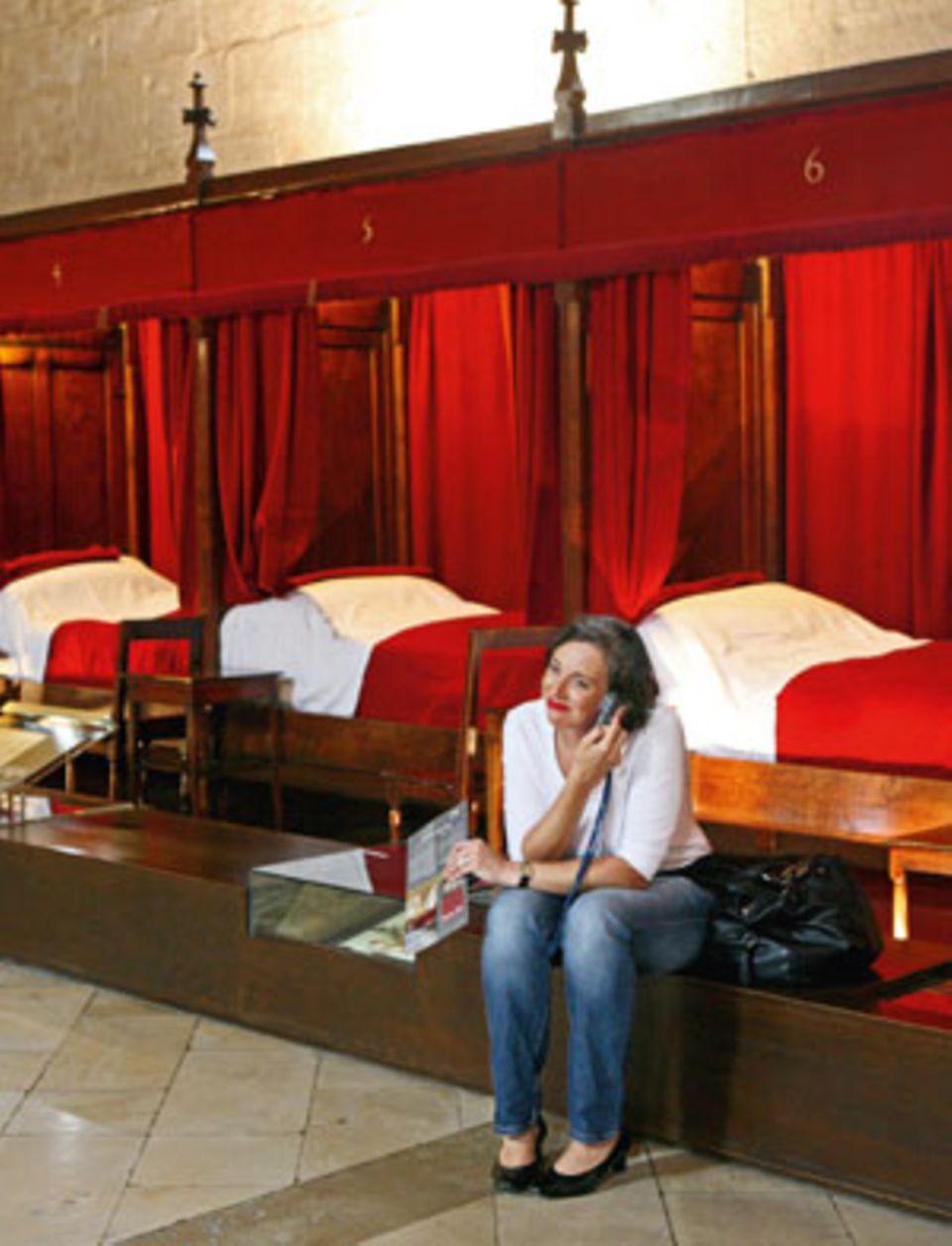 """Andrea Hacke im """"Hôtel Dieu"""", einem früheren Krankenhaus in Beaune. Unsere Autorin staunt über die Pracht im """"Armensaal"""""""