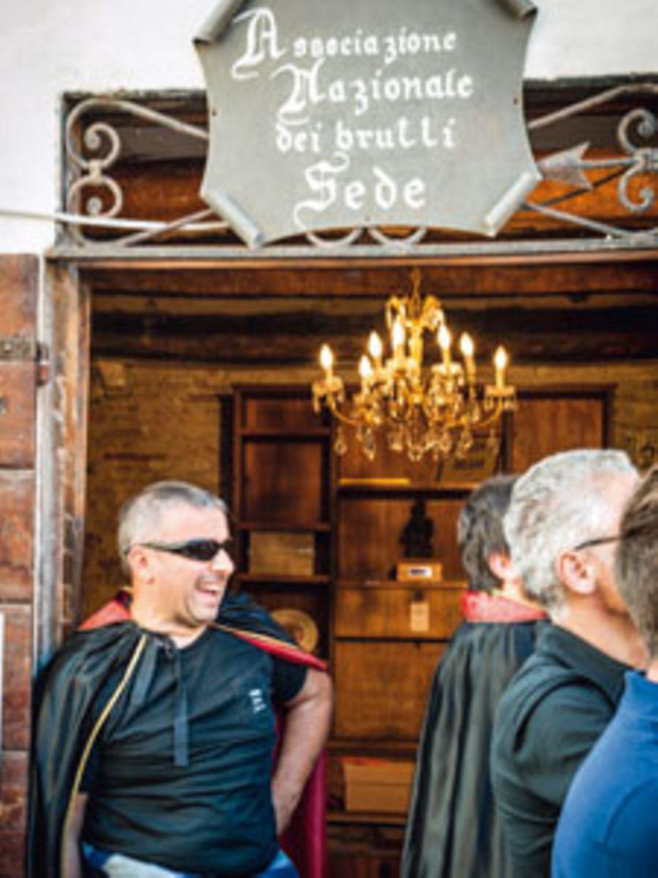 """In der Weltzentrale der Vereinigung der Hässlichen werden auch die Mitgliedsausweise ausgestellt. Kfz-Mechaniker Adriano Cucchiarini (links) ist Jurymitglied im """"No-bel""""- Preis-Komitee"""