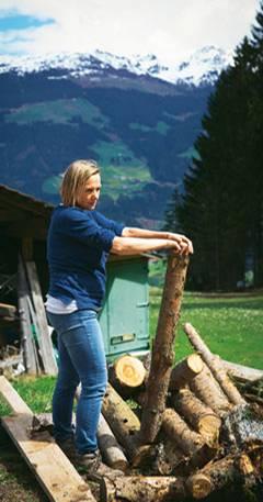 Wer sich in Tirol zur Bauernhof-Arbeit meldet, macht das, was gerade anfällt. Johanna Stöckl half, Kaminholz zu schneiden und zu stapeln. Beim Pflanzen von Baum-Setzlingen drehte sie sich für den Blick aus 1200 Meter Höhe auch mal um.