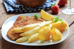 Spargelschnitzel zubereiten: weißer Spargel mit Schnitzel