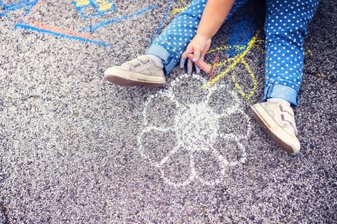 Siebenjährige malt mit Kreide auf Straße - wie die Behörden reagieren, ist unfassbar!