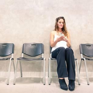 Temin-Albtraum: Frau im Wartezimmer beim Arzt