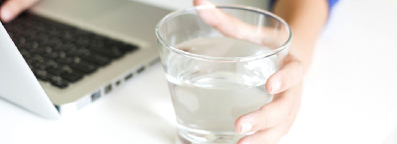 8 Warnsignale, dass ihr zu wenig Wasser trinkt
