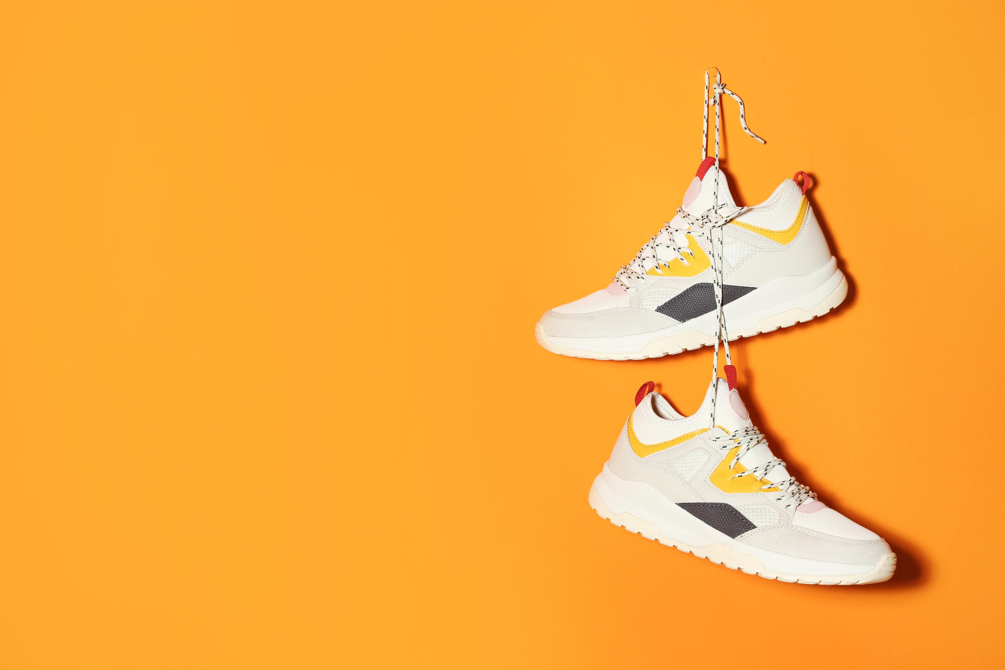 4f2baa55d319 Schuhe: Wie ihr Sneakers kombinieren könnt | BRIGITTE.de