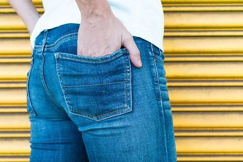 Deshalb leiern Jeanshosen am Po aus
