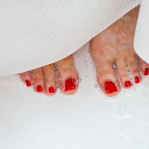 So viel Wasser sparst du, wenn du unter der Dusche pinkelst!