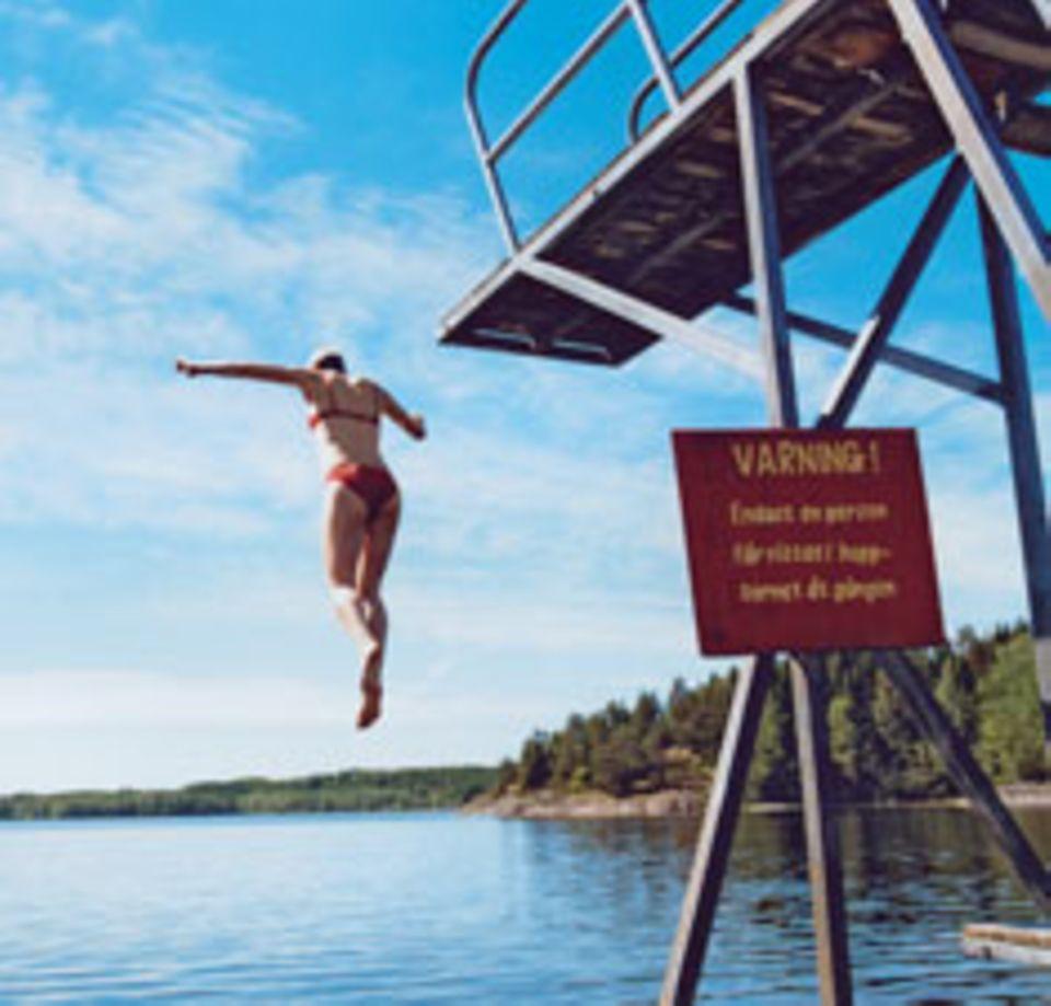 """Tapfer springen: Immerhin ist der Södra-Bullaresjön-See gerade mal 18 Grad """"warm""""."""