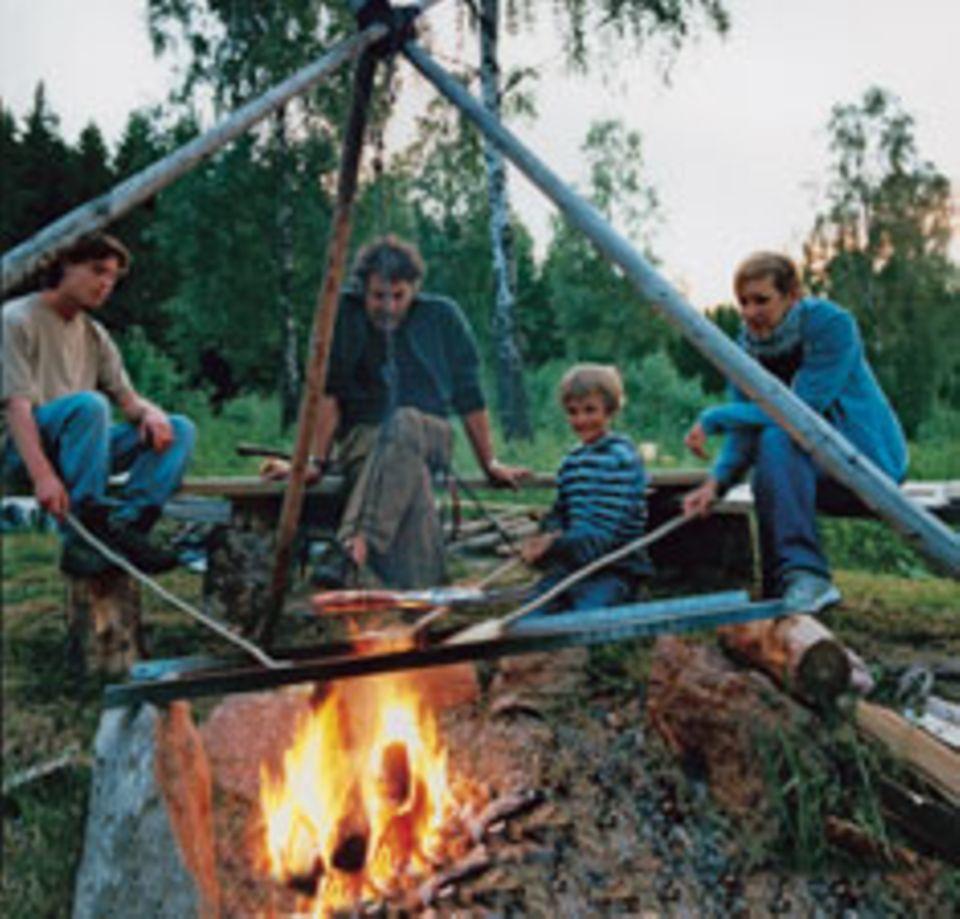 Lange aufbleiben: Stockbrot und Gruselgeschichten am Lagerfeuer.