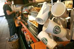 Starbucks-Mitarbeiterin lernt extra für gehörlosen Stammgast Gebärdensprache