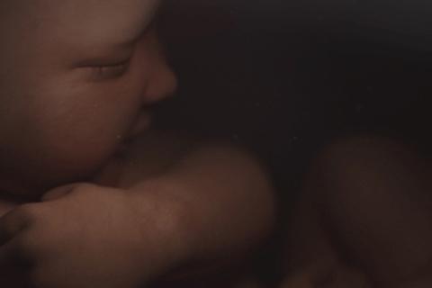 Dieses Baby spricht aus dem Mutterleib zu seiner Mama - hör, was es zu sagen hat!