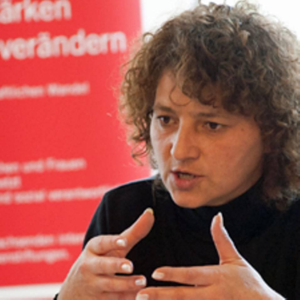 """Halida Jahi?, ist gelernte Krankenschwester. Während des Bosnienkrieges lebte sie vier Jahre lang als Flüchtling in Deutschland. Seit 2005 ist sie Koordinatorin des bosnischen Frauennetzwerks """"Veliko Srce"""", das von der deutschen Frauenstiftung filia unterstützt wird."""