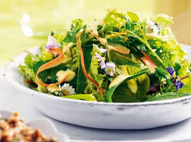 Frühlingsküche: Wildkräuter sammeln - und köstlich kochen | BRIGITTE.de