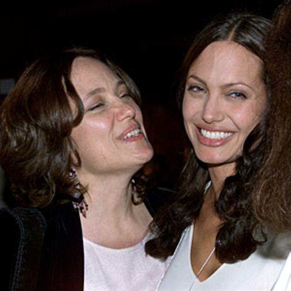 Angelina Jolie mit ihrer Mutter Marcheline Bertrand, 2001