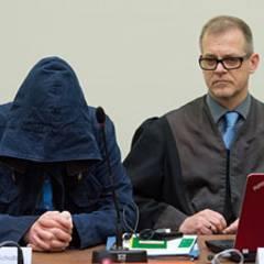 Hält sich bedeckt: Carsten S. im Prozesssaal in München mit seinem Anwalt