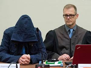 Fünfter Tag der Verhandlung: Hält sich bedeckt: Carsten S. im Prozesssaal in München mit seinem Anwalt