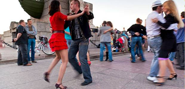 Nächte voller Licht und Leben - Spontanparty auf dem Birzhevaya-Platz.
