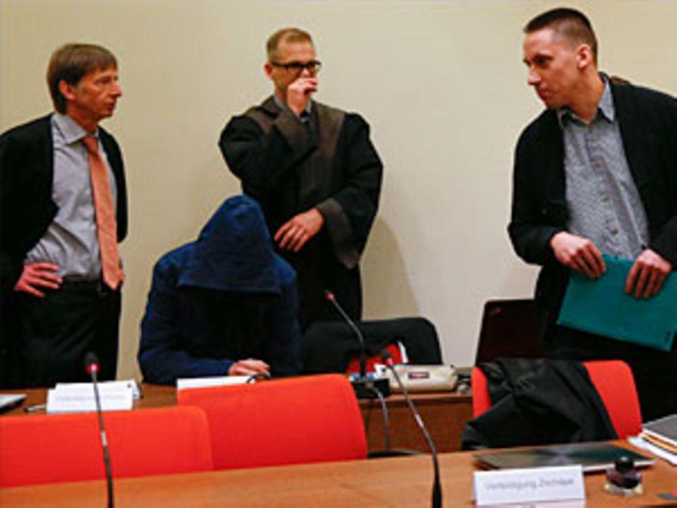 Carsten S. (mit Kapuze) ist einer der Angeklagten im NSU-Prozess