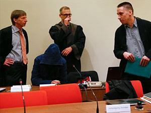 NSU-Prozess: Carsten S. (mit Kapuze) ist einer der Angeklagten im NSU-Prozess