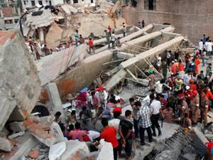 """Kampagne für Saubere Kleidung: Das eingestürzte Fabrikgebäude """"Rana Plaza"""" nahe Dhaka"""